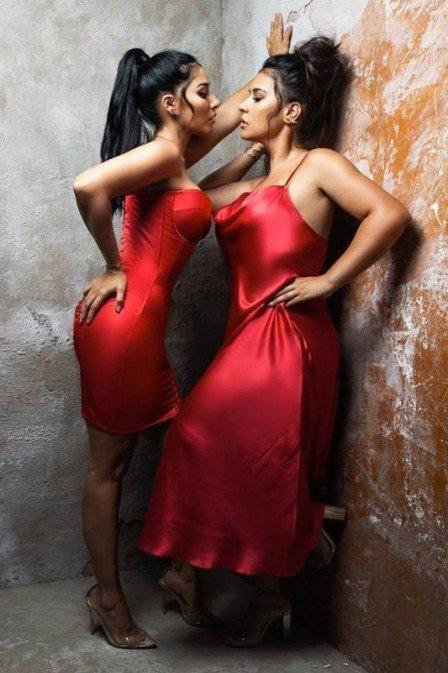De vermelho, Simone e Simaria posam juntas (Foto: Pedro Dimitrow/ revista JP)