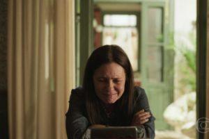 Thelma em puro estado de desespero na novela Amor de Mãe