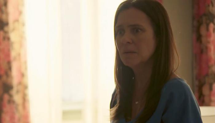 Thelma (Adriana Esteves) surtará após ter segredo revelado por amiga em Amor de Mãe (Foto: Reprodução/Globo)