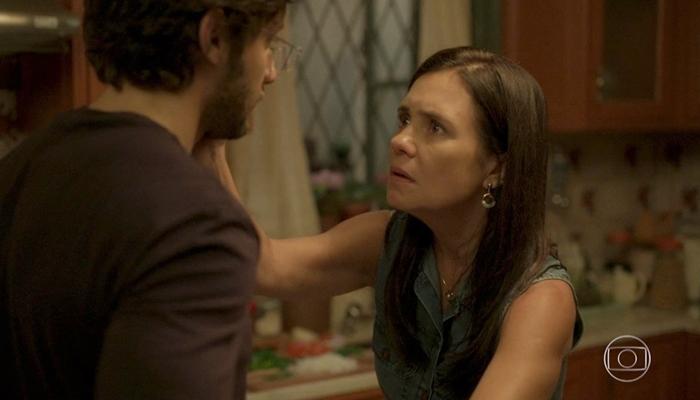 Thelma (Adriana Esteves) descobre que Danilo é Domênico em Amor de Mãe (Foto: Reprodução/Globo)