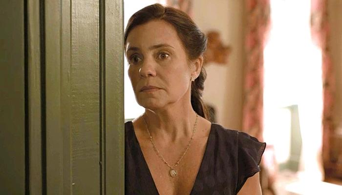 Thelma (Adriana Esteves) sabota Danilo (Chay Suede) em Amor de Mãe (Foto: Reprodução/Globo)