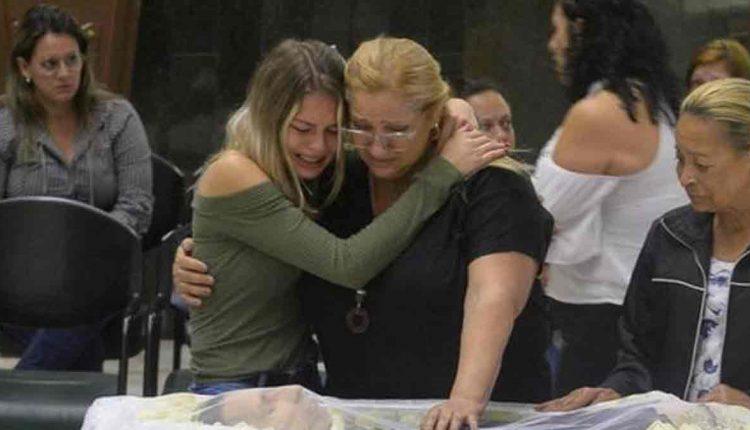 Sandra dos Santos, esposa de Asa Branca, no velório do locutor (Reprodução: AgNews)
