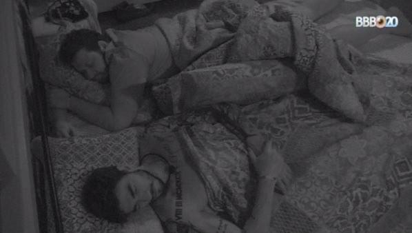 Victor Hugo e Guilherme dormem juntos no BBB20 (Foto: globoplay)