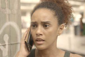 Vitória ligando para Penha na novela Amor de Mãe - Foto: Reprodução