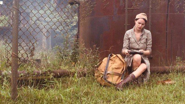 Na foto temos Adaleide sentada escrevendo em um diário com roupas de época e exército em cena na Globo
