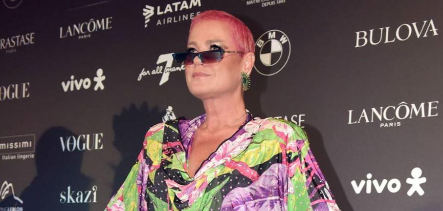 A Rainha dos Baixinhos surpreendeu ao aparecer com o cabelo rosa (foto: reprodução/Instagram)