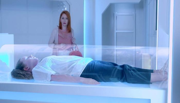 Sophie (Gabriela Petry) flagra Ester (Manuela Kfouri) na incubadora em As Aventuras de Poliana (Foto: Divulgação/ SBT)
