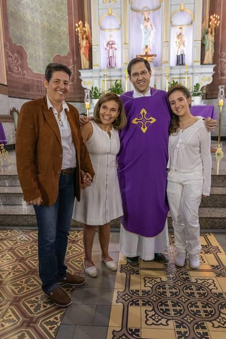 Claudia Rodrigues realizando a primeira comunhão e sendo crismada na igreja junto com a filha (Foto: Reprodução)