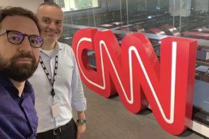 Virgílio Abranches e Leandro Cipoloni posam na fachada da CNN Brasil (foto: reprodução/Instagram)