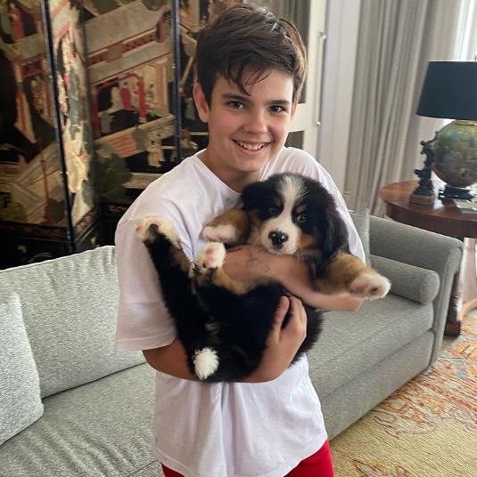 Filho de Faustão com o cachorrinho na mão (Foto: Reprodução)