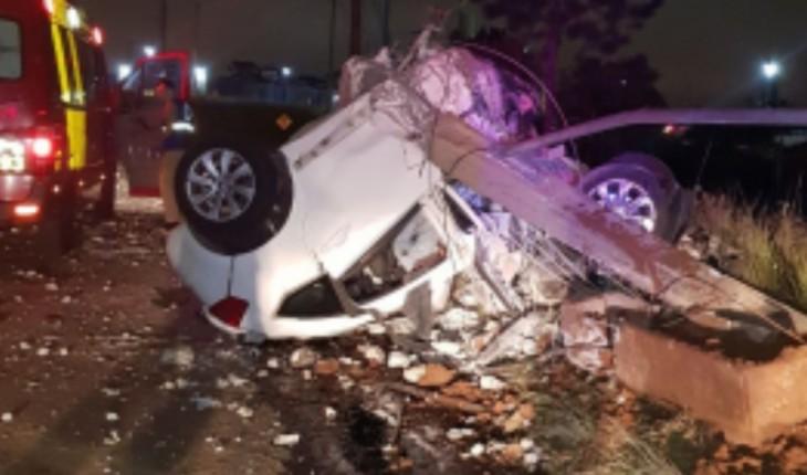 Carro de Francis Eduardo ficou totalmente destruído (Foto: Reprodução)