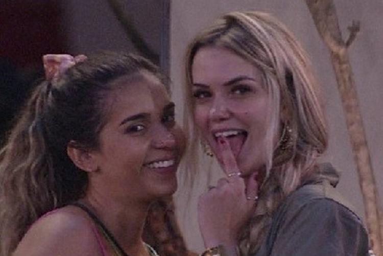 Gizelly e Marcela são duramente criticadas nas redes sociais após conversa no quarto do líder (Foto: Reprodução)