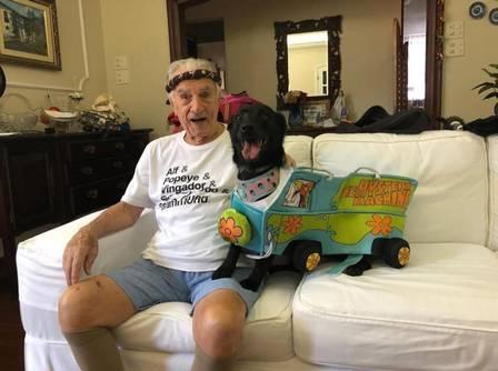Quarentena: Orlando Drummond ao lado da sua cachorrinha (Foto: Reprodução)