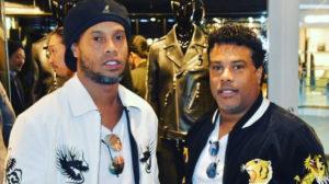 Ronaldinho Gaúcho ao lado do irmão, Roberto de Assis (Foto: Reprodução)