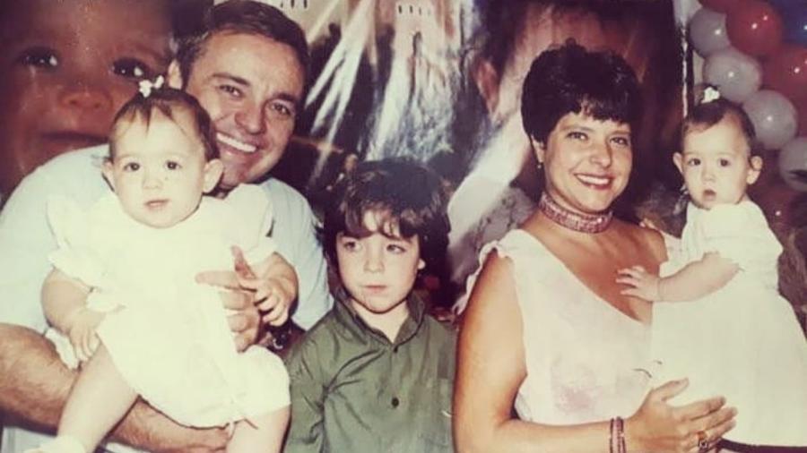 Rose Miriam ao lado de seus filhos e Gugu (Foto: Reprodução/Instagram)