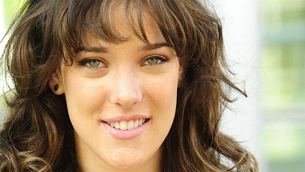 Adriana Birolli comemora a volta de sua personagem Patricia em Fina Estampa (Imagem: Reprodução)
