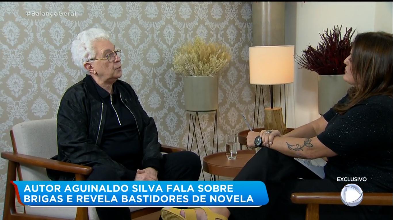 Aguinaldo Silva dá entrevista exclusiva para Fabíola Reipert na Hora da Venenosa (Imagem: Reprodução)
