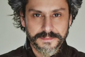 Close no rosto do ator de Nos Tempos Do Imperador Alexandre Nero