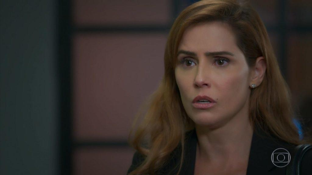 Alexia fica abismada com as mudanças em sua vida em Salve-se Quem Puder