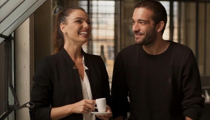 Betina (Isis Valverde) e Sandro (Humberto Carrão) se aproximam em Amor de Mãe (Foto: Reprodução/Globo)