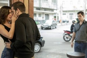 Betina (Isis Valverde) e Sandro (Humberto Carrão) são flagrados aos beijos por Magno (Juliano Cazarré) em Amor de Mãe (Foto: Globo/Victor Pollak)