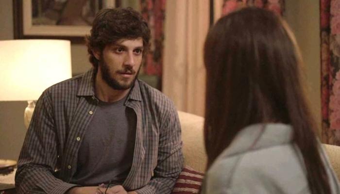 Danilo (Chay Suede) é enganado por Thelma (Adriana Esteves) novamente em Amor de Mãe (Foto: Reprodução/Globo)