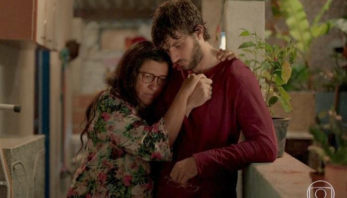 Regina Casé (Lurdes) e Chay Suede (Danilo/Domênico) em cena de Amor de Mãe; risco de novela sem final apavora produções na Globo (Foto: Reprodução/Globo)
