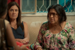 Lurdes (Regina Casé) será enganada por Thelma (Adriana Esteves) em Amor de Mãe (Foto: Reprodução/Globo)