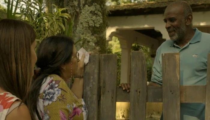 Lurdes (Regina Casé) vai atrás de pistas sobre Domênico na casa de Eudésio (Wilson Rebelo) em Amor de Mãe (Foto: Reprodução/Globo)