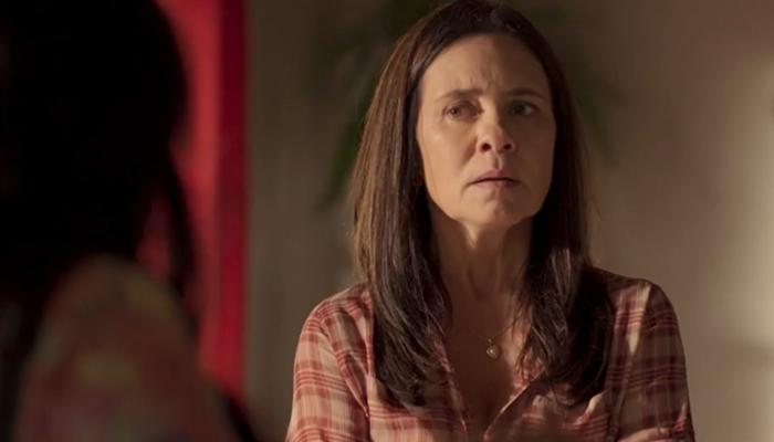 Thelma (Adriana Esteves) deve ter embate com Lurdes (Regina Casé) em Amor de Mãe (Foto: Reprodução/Globo)