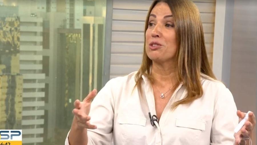 A famosa repórter do Bom Dia São Paulo, da Globo, Ananda Apple agitou as redes sociais após cair aos prontos ao vivo no telejornal (Foto: Reprodução/Globoplay)