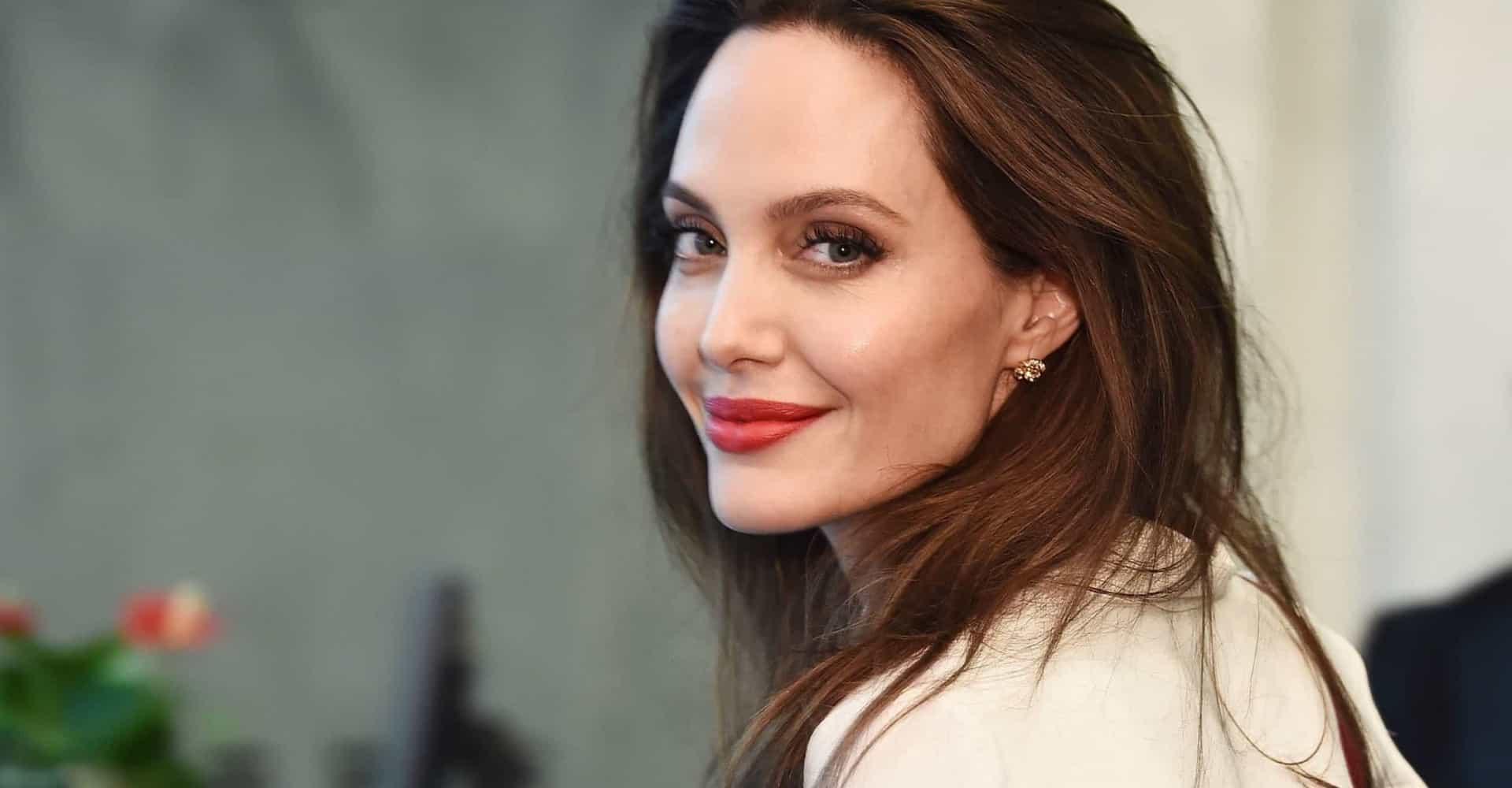 Angelina Jolie já trabalhou como diretora funerária (Foto: Reprodução)