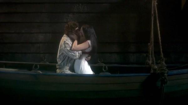 Anna beija Joaquim em cena de Novo Mundo
