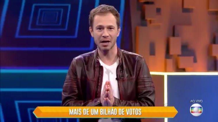 Tiago Leifert entra ao vivo na Globo para anunciar paredão com votação record no BBB 20 (Imagem: Globo)