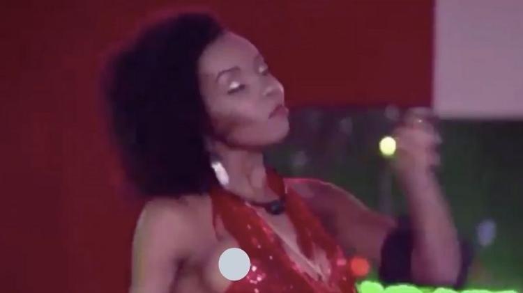 BBB20: Thelma mostra o seio durante festa do líder (Foto: reprodução/Globoplay)