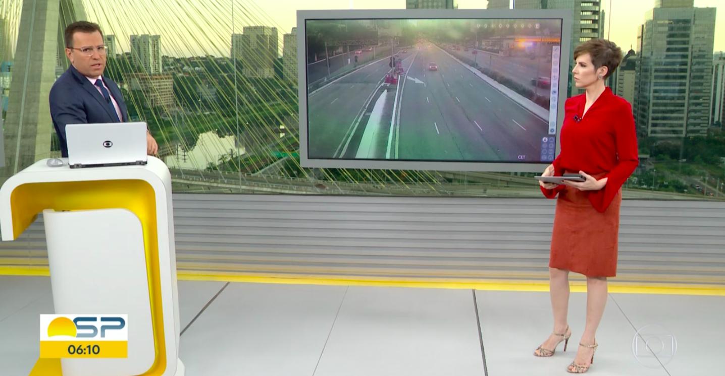 O apresentador do Bom Dia São Paulo e suposto substituto de William Bonner, Rodrigo Bocardi deixou os telespectadores de queixo caído ao fazer dancinha ao vivo na tv (Foto: Reprodução/Globoplay)