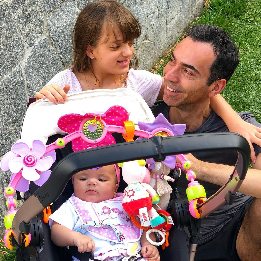 Cesar Tralli ao lado de Rafaella e Manuella (foto: Reprodução/Instagram)