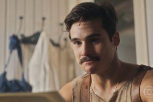 Alfredo (Nicolas Prattes) descobrirá que tem um filho com Inês (Carol Macedo) no final de Éramos Seis (Foto: Reprodução/Globo)