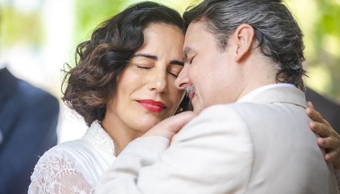 Lola (Gloria Pires) e Afonso (Cássio Gabus Mendes) no casamento em Éramos Seis; cerimônia não terá presença de filhos (Foto: Globo/Paulo Belote)