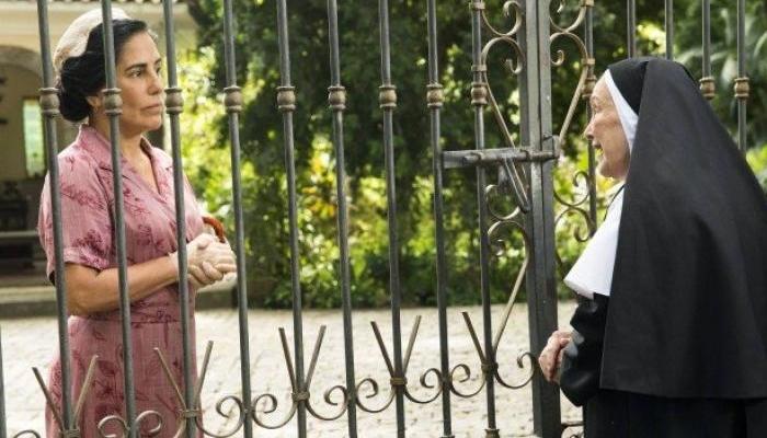 Gloria Pires (Lola) e Nicette Bruno (Madre Joana) em cena de Éramos Seis (Foto: Globo/João Miguel Júnior)