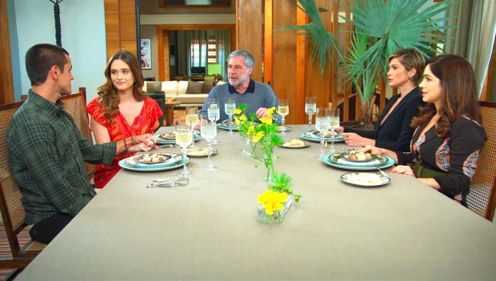 Hugo, Helena e Micaela são pegos de surpresa por Téo e Luna na novela Salve-se Quem Puder