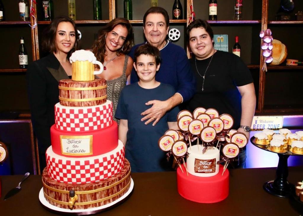 Faustão ao lado de sua mulher, Luciana Cardoso e seus três filhos Lara Silva, João Guilherme Silva e Rodrigo Silva (Foto: Reprodução/Instagram)