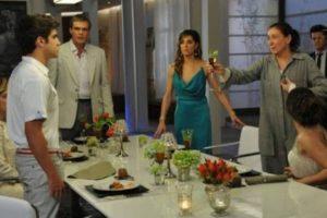 Em Fina Estampa, Griselda/Pereirão invade jantar de noivado de Patrícia e desmascara Antenor (Imagem: Globo)