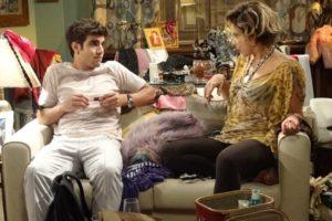 Mirna Bello aceita a proposta de Antenor para se passar por sua mãe (Imagem: Globo)