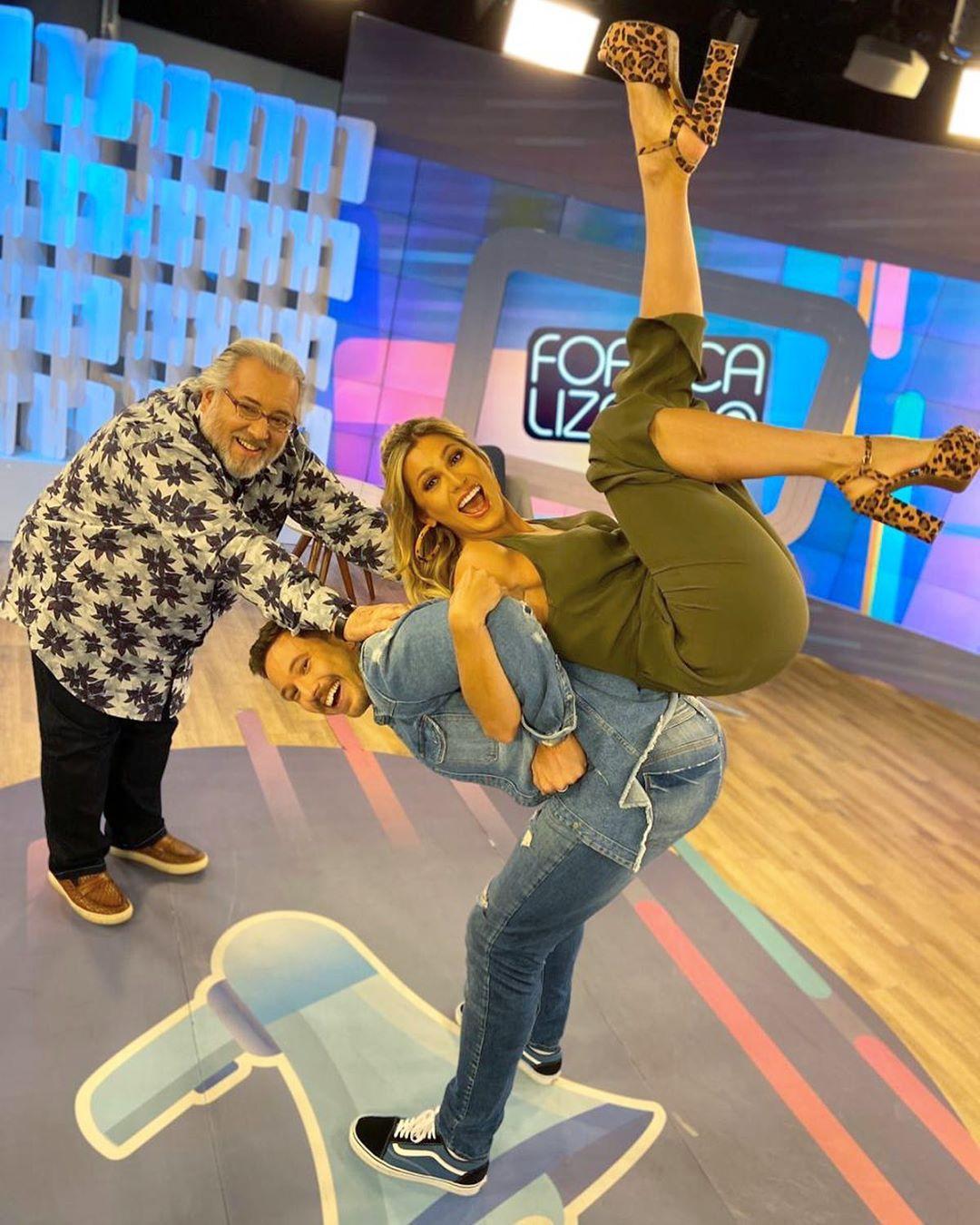 Fofocalizando causou polêmica por clique com Lívia Andrade, Leão Lobo e Gabriel Cartolano (Foto: Reprodução/Instagram)
