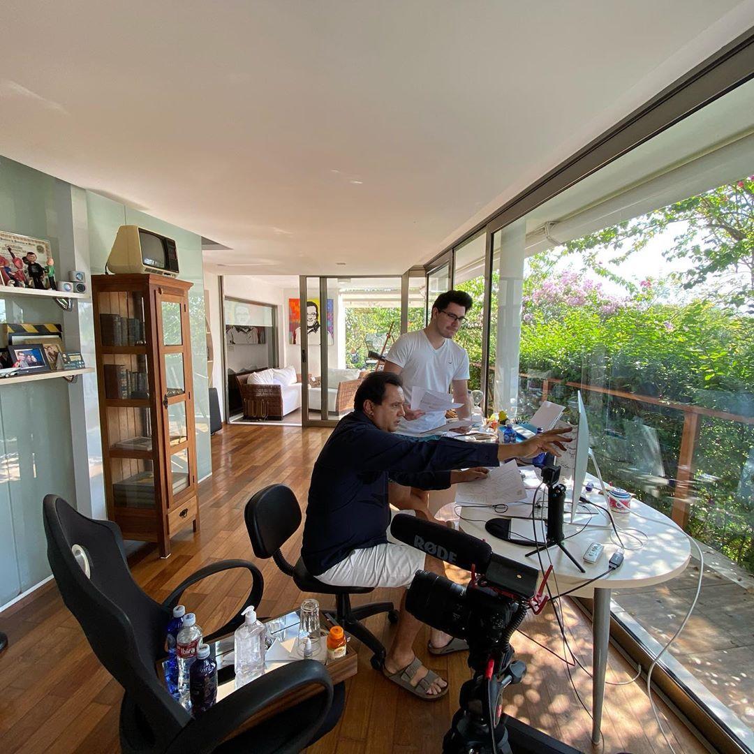 Geraldo Luís tem contado com a ajuda do filho, John Sakra, para apresentar o Balanço Geral SP, da Record (Foto: Reprodução/Instagram)