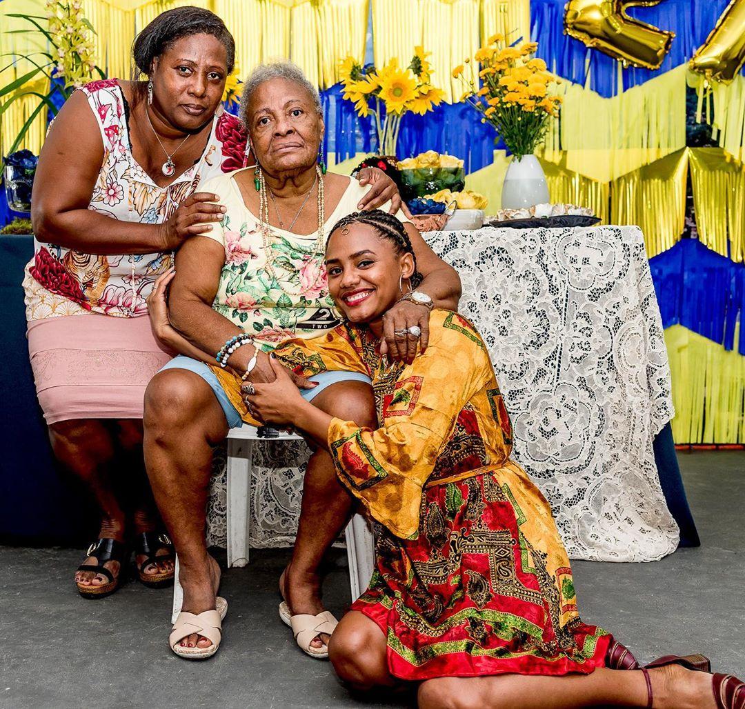 A atriz da Globo, Jéssica Ellen ao lado de sua mãe Nilma e avó Madalena (Imagem: Instagram)