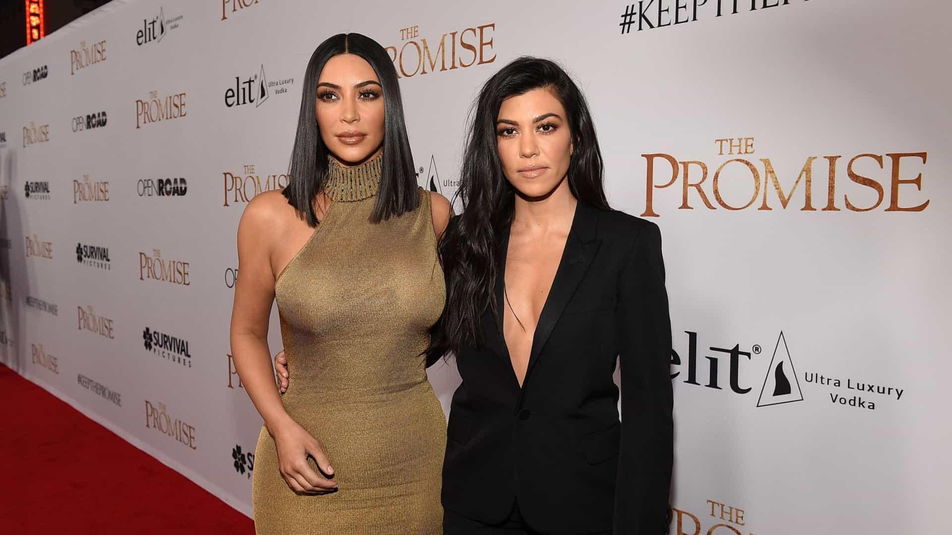 Durante briga, Kourtney Kardashian dá soco no rosto de Kim Kardashian (Foto: Reprodução)