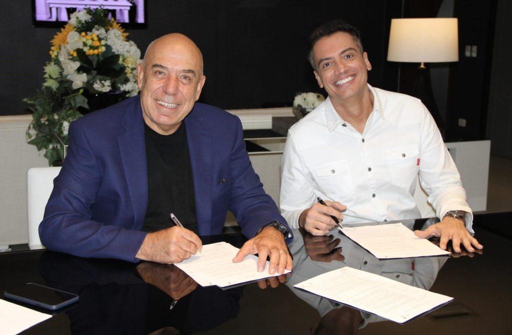 Leo Dias durante assinatura de contrato com a RedeTV! - Foto: Reprodução