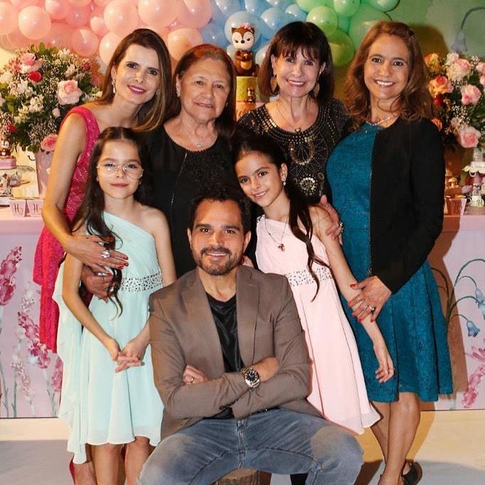 Luciano Camargo posou ao lado das mulheres de sua vida e ignorou a ex-esposa, Cleo Loyola, mãe de seu primogênito (Reprodução)